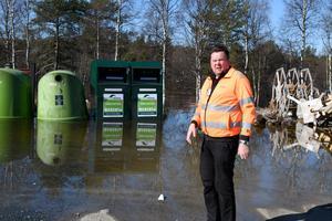 Kent Eriksson är bekymrad över att ett område som här till skyddsområdet för dricksvatten blivit något av soptipp.