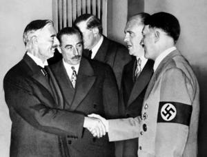 Brittiske premiärministern Neville Chamberlain skakar hand med Tysklands diktator Adolf Hitler i München i september 1938. Foto: AP