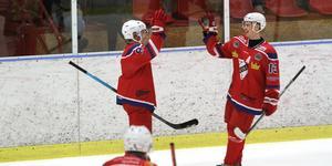 Robin Andersson och Axel Dalén jublar efter 1–0-målet i den första perioden.