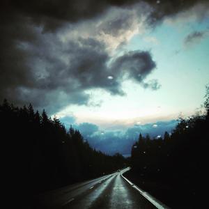 På väg till Skinnskatteberg från Färna dök en drake upp på himlen. Foto: Maria Andersson Ojala.