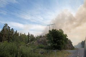 Röken steg tjock från branden vid Båglabergen. Innan torsdagskvällen räknar räddningstjänsten med att den ska vara släckt.