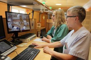 Sjuksköterskorna Anna-Lena Westlund och Birgitta Vikström håller koll på strålbehandlingen via en skärm.