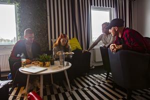 Efter några timmars arbete för William lunch och kaffe tillsammans med de andra idolerna.
