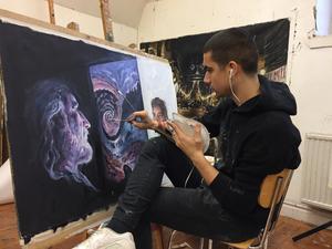 Inti Segura är en av de konstelever som ställer ut på VLT:s redaktion på lördag.Foto: Jakob Ojanen