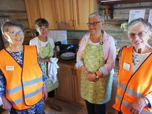 Guider och våffelgräddare i Ovikens hembygdsgård var från vänster, Karin Jirdén, Elsa Larsson, Barbro Eriksson och Christina Bengtsson. Foto: Arne Nilsson