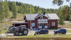 Härjeåsjöns lantgård ligger i byn med samma namn. Mikael Jonasson tog över efter sin pappa, och familjen är sjunde generationen som brukar gården som har anor från början av 1700-talet.