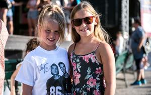 Molly Johansson och Gabriella Arvén är bästa vänner. De var tidigt på plats för att hinna fram i den långa signeringskön.