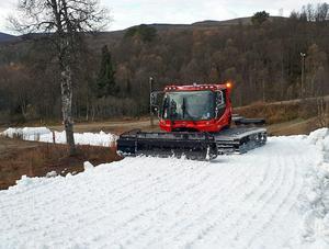 Arkivfoto: Så här såg det ut förra året när den sparade snön lades ut i Bruksvallarna.