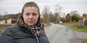 Cecilia Westberg och hennes grannar längs länsväg 576 är kritiska till att Trafikverket vägrar bygga om vägen där det är 50-begränsning.