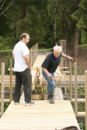 Från vänster Lennart Persson och Ulf Nilsson som jobbar gratis för att bygga färdig bron i Björkängen som går över till en ö.