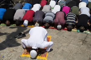 Muslimska män måste be utanför al-Aqsa-mosken i Jerusalem.