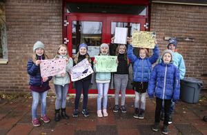 I höstas protesterade de här barnen mot att fritidsklubben i Lugnvik skulle läggas ned.