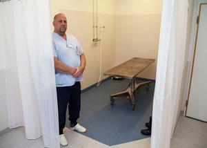 I anslutning till sjukhusets bårhus finns ett sveprum med en avskild del för tvagning. Mats Westlund är obduktionstekniker.