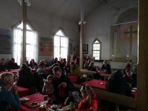 Det var kö till både julgröt och fikaförsäljningen i bönhuset. I bönhuset bjöds det även på musikunderhållning. Foto: Åsa Eriksson.