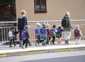 """Kommer ROOP nu att göra Vänsterpartiet sällskap när vi vågar """"skjuta till mer pengar"""" till bland annat en minskning barngruppernas storlek i förskolan, frågar fyra företrädare för Vänsterpartiet. Foto: Fredrik Sandberg, TT."""