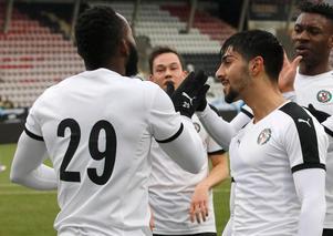Rodin Deprem tackar Michael Omoh för passningen efter 1–0-målet mot Djurgården.