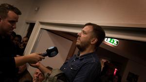 Henrik Johansson från Inte rasist men… ställde en fråga till panelen men uppmuntrade även människorna som samlats i församlingsgården att de var många fler än de kriminella och de som förstör i Krylbo.