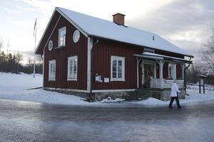 Den här bilden togs i januari i år och sedan dess har församlingshemmet i Säfnäs genomgått ett rustprojekt. Tills vidare blir det kvar i församlingens ägo.