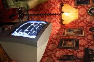 Vid garderoberna finns pingisborden, och i soffhörnan tv-spelet.
