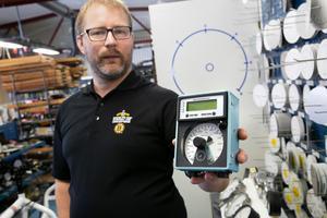 Daniel Liss visar upp den senaste versionen av timmervåg som ska börja lanseras snart.