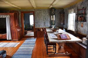Vardagsstugan är en del av bostadshuset där takbräderna är lagda på synliga åsar, vilket var vanligt en bit in på 1700-talet.