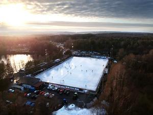 Kylaggregaten och ismakarna på idylliska Sjöaremossen tycks palla trycket för den tidiga vårvärmen. Bild: Adam Ihse / TT