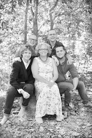 Marlene och hennes fyra söner, som alla varit med och bidragit till  att trädgården blivit en smått magisk plats.