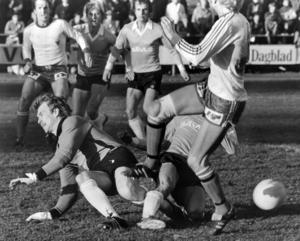 Bilden är från Strömvallen i Gävle 1979. Ope och Gävle tillhörde toppen av division tre-serien flera år efter varandra. Opespelaren till vänster är Kjell Carlsson, som hade ett förflutet i Djurgårdens IF innan han kom till Jämtlandsklubben.