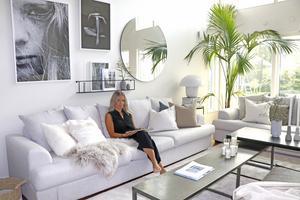 Det stora och luftiga vardagsrummet har plats för två stora soffor och en rejält tilltagen palm - bland annat.