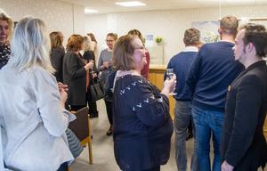 Kontoret fylldes av inbjudna, som gratulerade och småpratade.