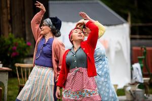 Den nya gårdsförmannen vill både laga mat och sköta tvätten, något som måste besjungas av gårdens kvinnfolk. Kicki Korths-Aspegren, Stina Sundberg och Malin Nilsdotter Nyström.