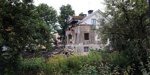 Grävmaskinen har satt skopan i det gamla huset från tidigt 1900-tal.