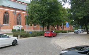 Biskopsgatan vid korsningen med Västra Kyrkogatan.