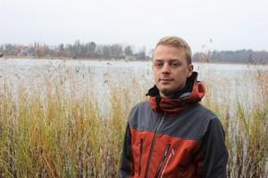 NT träffade Christoffer Hallbäck, biolog på Norrtälje Naturcentrum, under hösten när han höll på för fullt med plastinventeringen. Då visade han upp