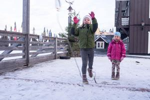 Moa och Ida Färnlund från Hede passade på att testa lassokastning på det nya äventyrslandet.