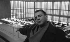 Ängeln Damiel (Bruno Ganz) finner ro på Staatsbibliothek zu Berlin, en sant mirakulös plats. Foto: Pressbild/Wim Wenders Stiftung