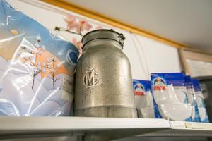 Mjölkhämtare och andra gamla saker ger variation på butikshyllorna.