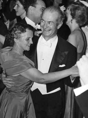 Nobelpristagaren i kemi, Linus Pauling (USA), dansar här med sin hustru under Nobelfestligheterna i Stadshuset i december 1954. Foto: TT