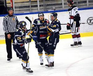Rasmus Rundgren, Sebastian Björnstad och Lars Eriksson jublar efter den sistnämndes 2–0-mål.