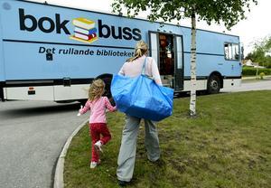 Så här såg det ut när bokbussen rullade på Gävles gator. 2003 togs beslutet att lägga ned bokbussen. Nu kan den göra comeback. Arkivbild. Bild: Leif Jäderberg