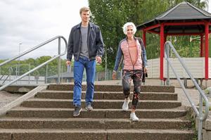 Philip Bröms, 19, och hans mamma Maria Nordin på väg till vallokalen på Hamreskolan.