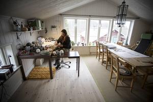 Det är i verkstaden som Maud skapar hantverk i ull och skinn. Allt från ljusstakar, mössor, tofflor och tovade sulor.