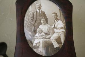 Bröderna Frithiof och Axel Sandberg med pappa Leonard och mamma Lisa. Fotot är taget runt 1915 då Frithiof var ett år gammal. Det var Leonards far bleckslagarmästaren Carl Axel Sandberg som grundade firman 1859.