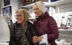 Catarina Malmström och Ulla-Carin Ohlsson klämde och kände på prylarna inne på Epok.