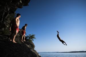 Hoppa eller dyk aldrig på okänt vatten – det råder Svenska Livräddningssällskapet till för att undvika drunkningsolyckor. Arkivbild. Foto: Jan Olav Nesvold/NTB Scanpix/TT