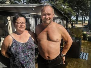 Tack vare Ann-Marie Nordqvist och Gustav Linders insatser kunde pojken räddas ur vattnet och föras in till land där hans pappa väntade.