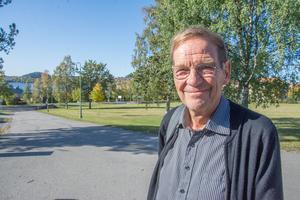 Den forne stadsplaneraren i Östersund, Harry Westermark, är kritisk till att det framtida bostadshuset bakom centralstationen ska tillåtas vara högre än själva stationsbyggnaden.