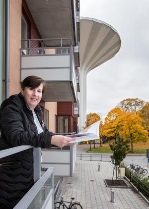 Eva Lidskog är vår guide runt Mejeriet. I visningslägenheten finns en balkong med västerläge och kvällssol.