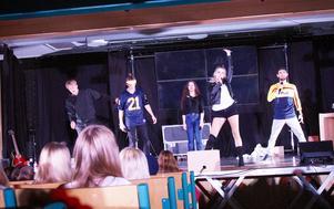 Teatergruppen Ung utan pung är i Hudiksvall för att ha workshop med elever och lärare om extremism.