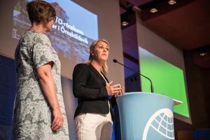 Mona Örjes, förbundsordförande för Junis, och Lena Hallengren, socialminister.
